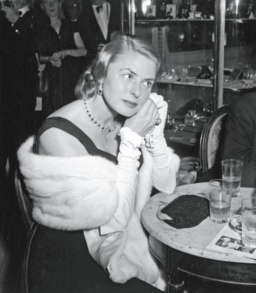 Schauspielerin Ingrid Bergman mit einer Abendtasche von Serapian