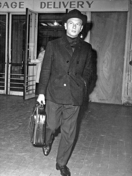 """Hollywood-Schauspieler Yul Brunner (""""Die glorreichen Sieben"""") 1968 mit einer Tasche von Serapian"""