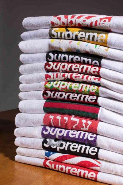 Das berühmte Box-Logo von Supreme, was auf der Propaganda-Kunst von Barbara Kruger beruht. T-Shirts starten bei 800 bis 3.000 Euro, je!