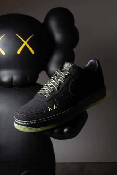 Nike Air Force von 2008 in Zusammenarbeit mit KAWS, Schätzwert: 2.000 bis 3.000 Euro