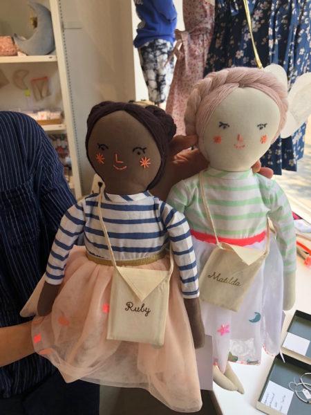 """Viktoria Strehle holt ihre Lieblingspuppen """"Ruby"""" und """"Matilda"""" aus dem Schaufenster"""