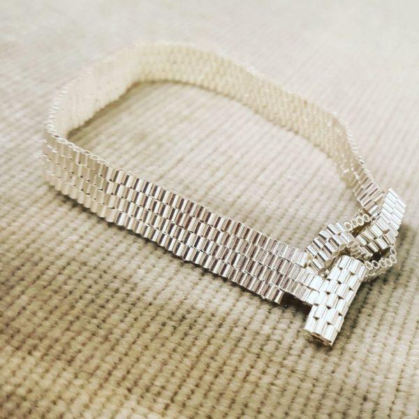 Armband aus silbernen Röhrchen
