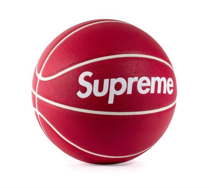 Basketball aus einer Kooperation von Spalding mit Supreme, 3.000 bis 5.000 Euro