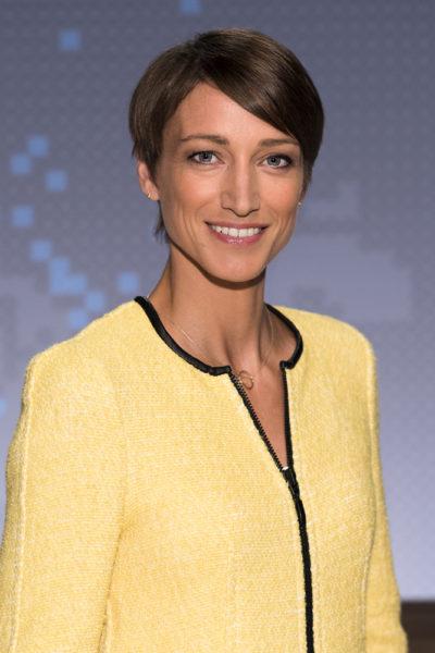 BR Rundschau-Moderatorin Sophie von Puttkamer in einem gelben Blazer