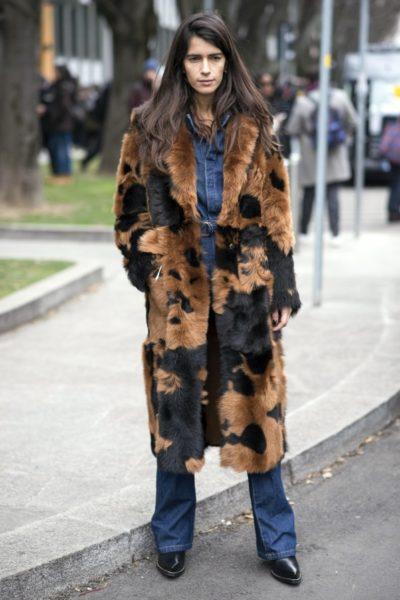Cooler Look mit Jeans – gesehen vor der Show von Emporio Armani in Mailand