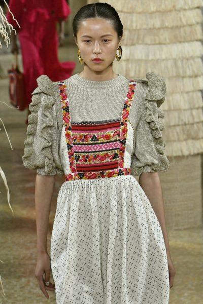 Der Volantärmel-Pullover mit Lurexfäden macht sich gut unter dem Latzkleid von Ulla Johnson