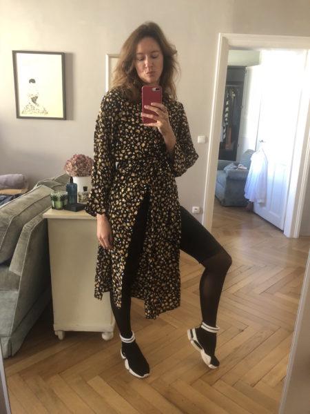 Zur geschlitzten Tunika und Sock-Sneakers von Sofie Schnoor