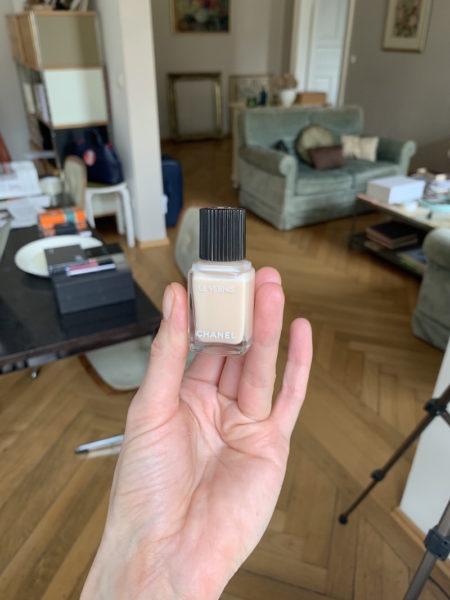 Ein dezentes Nude: '548 Blanc White' – ebenfalls aus der Serie der besonders lang haltenden Lacke