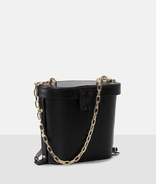 Die Tasche von hinten mit einer 113 cm langen und abnehmbaren Schulterkette in Gold