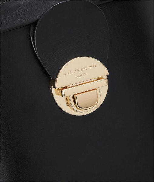 Feines Rindsleder, schöne Details. Der goldfarbene Steckverschluss ist mit dem Markennamen geprägt.