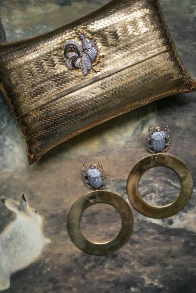 Skarabäus-Ohrclips mit großen Goldringen