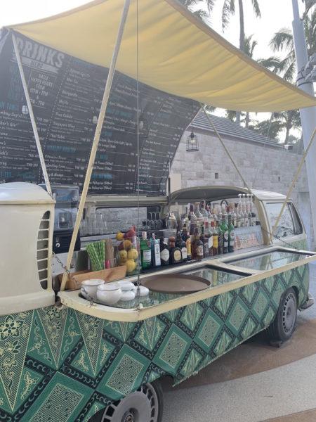 Cocktailbar am Strand mit täglicher Happy Hour (alles zur Hälfte)