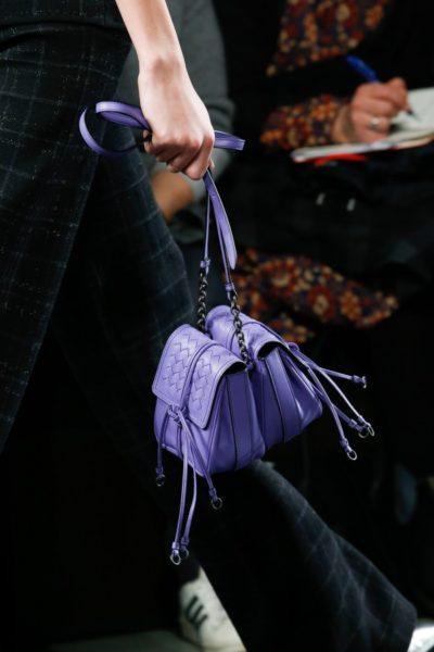 Bei Bottega Veneta nähte zur gleichen Zeit Tomas Maier zwei Handtaschen Rücken an Rücken.