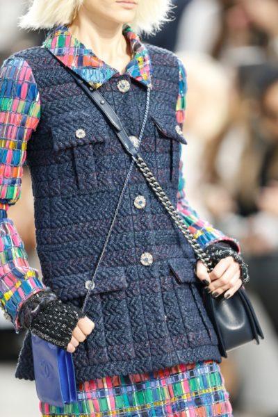 Frühjahr/Sommer 2014 bei Chanel: Karl Lagerfeld zieht den Models zwei Handtaschen an, bevor er sie über den Laufsteg schickt.