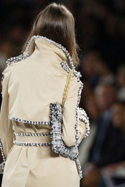Schöne Kombination: Trench und Bouclé in Karl Lagerfelds Chanel-Kollektion für den Sommer 2004